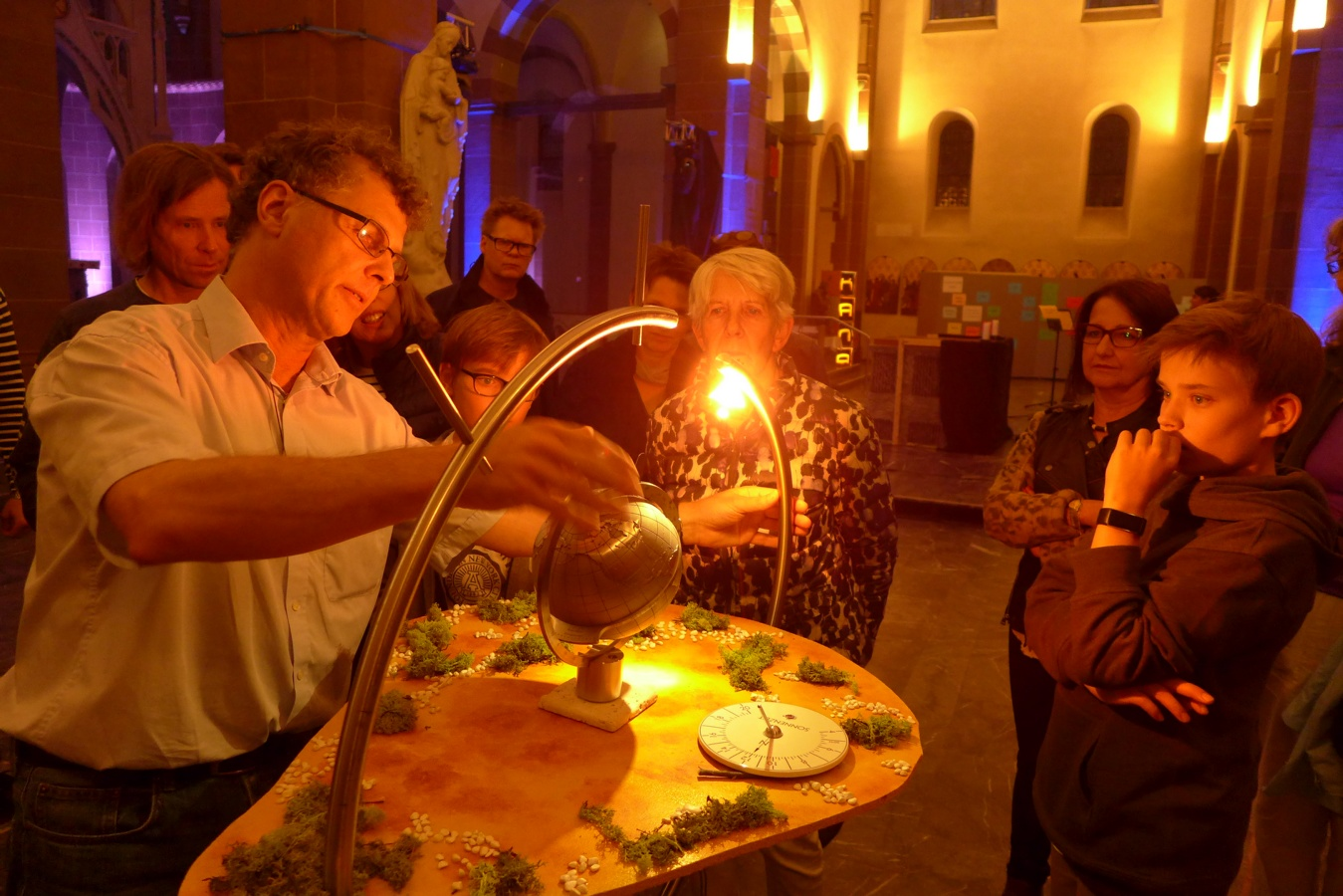 """Besonders interessant war in der Jugendkirche Kana die Station """"Sonnenzeit"""" mit dem Wiesbadener Sonnenuhrbauer Carlo Heller, der seine selbst entwickelten Stücke vorstellte.Foto: Anja Baumgart-Pietsch"""
