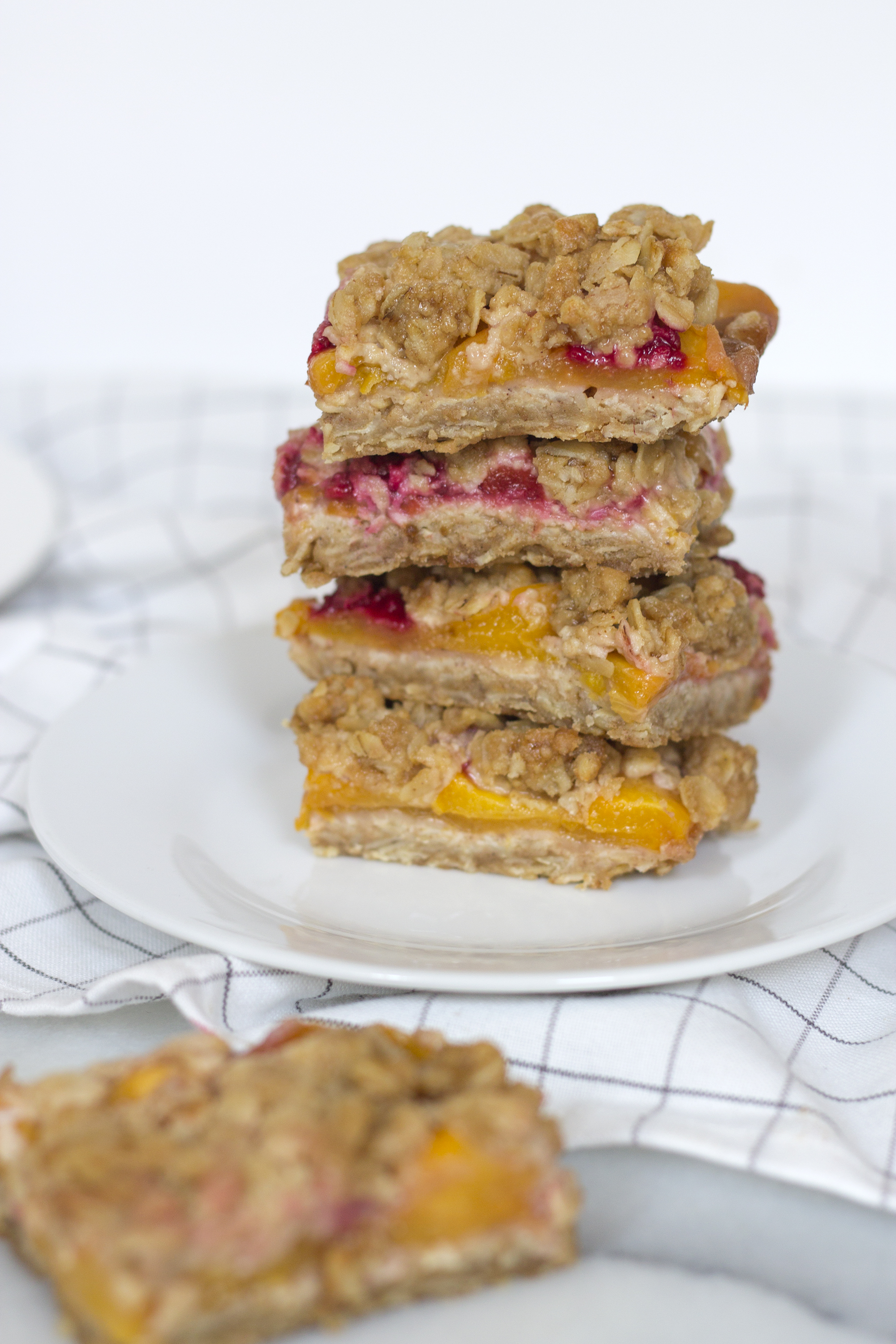 Easy Peach and Raspberry Crumb Bars from Unusuallylovely.com