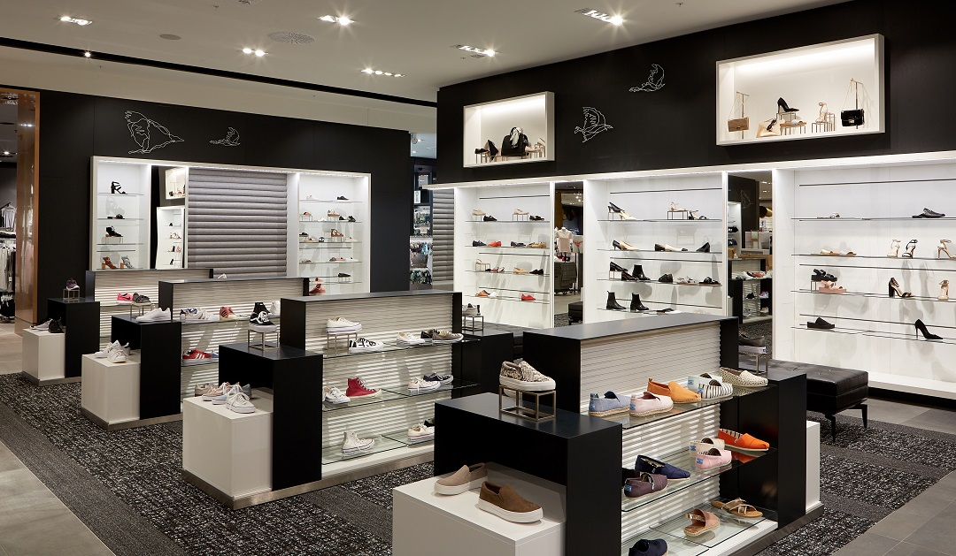 (Women's footwear department -- it's only recently that Simons has expanded its product offering to include more shoes)