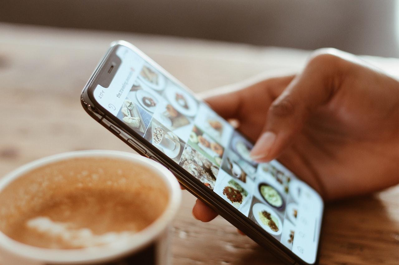 beverage-browse-browsing-1542252.jpg