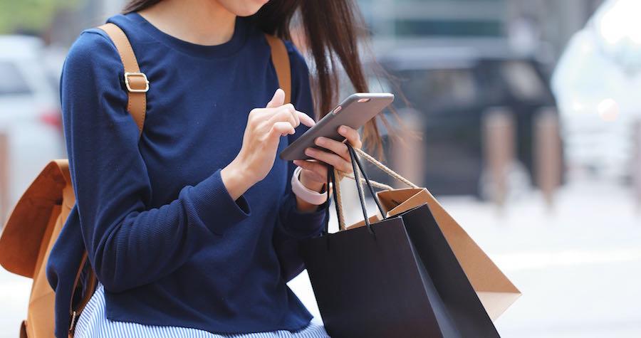 Mobile Use While Shopping_Eagle Eye Photo.jpg