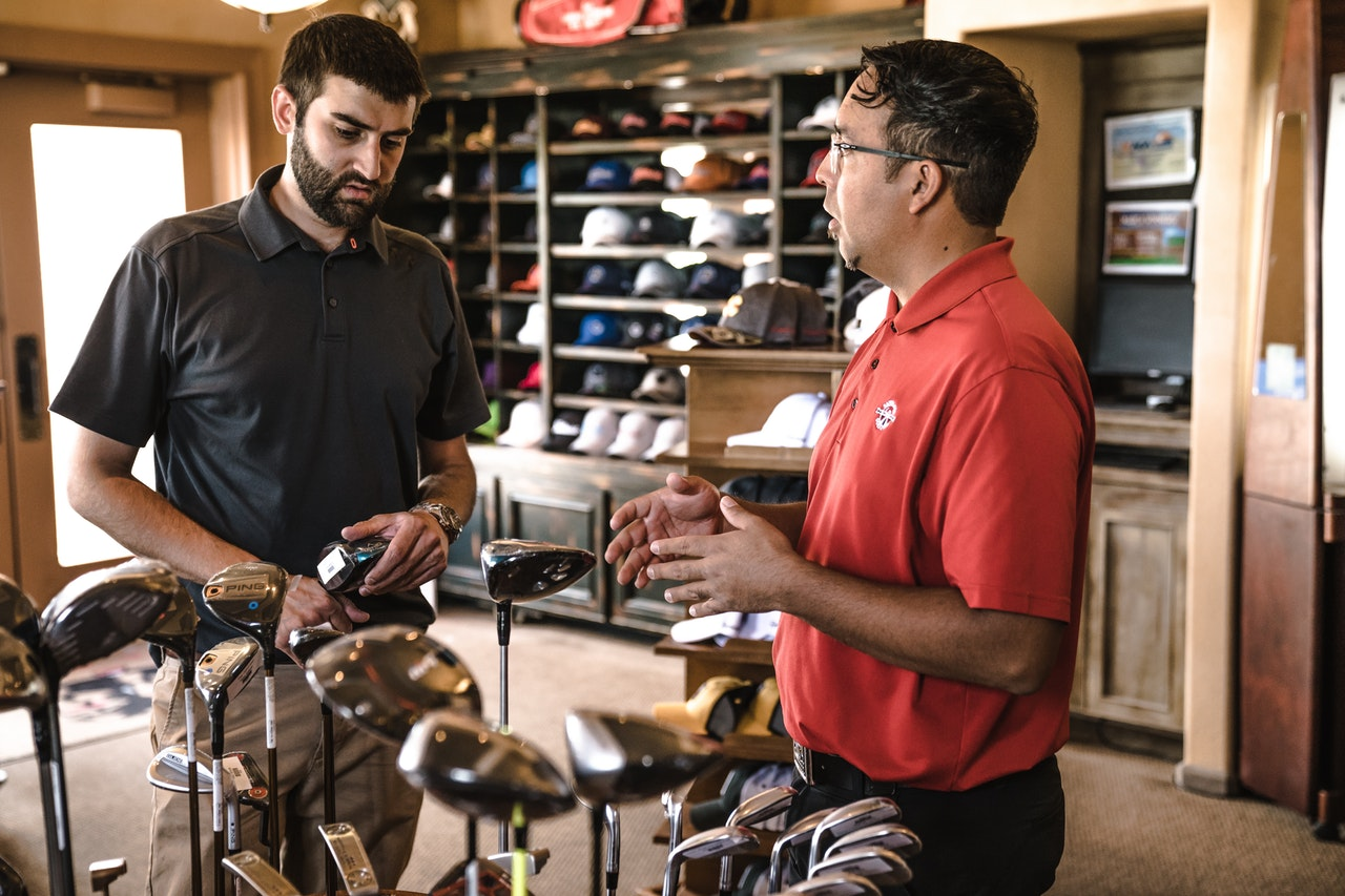 customer-explaining-golf-clubs-1325735.jpg