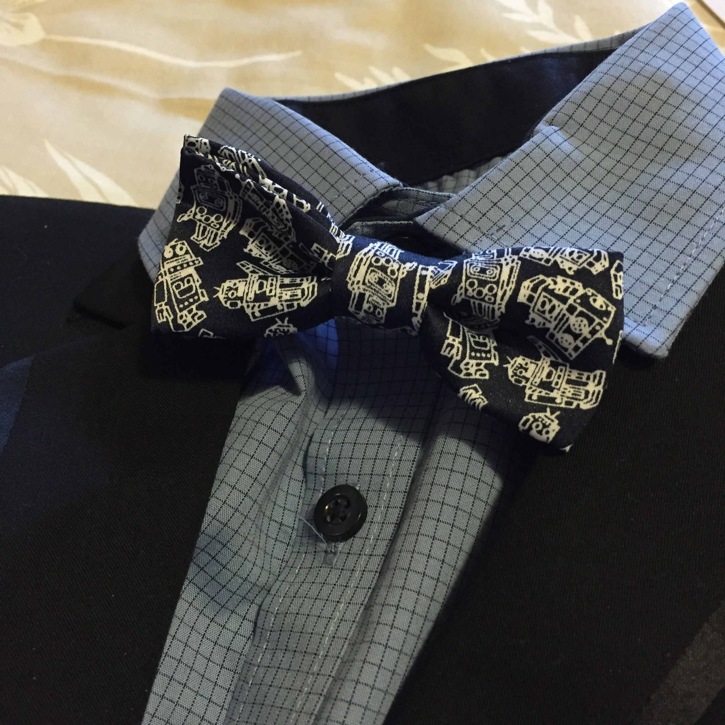 The bow tie has robots on it. ROBOTS!