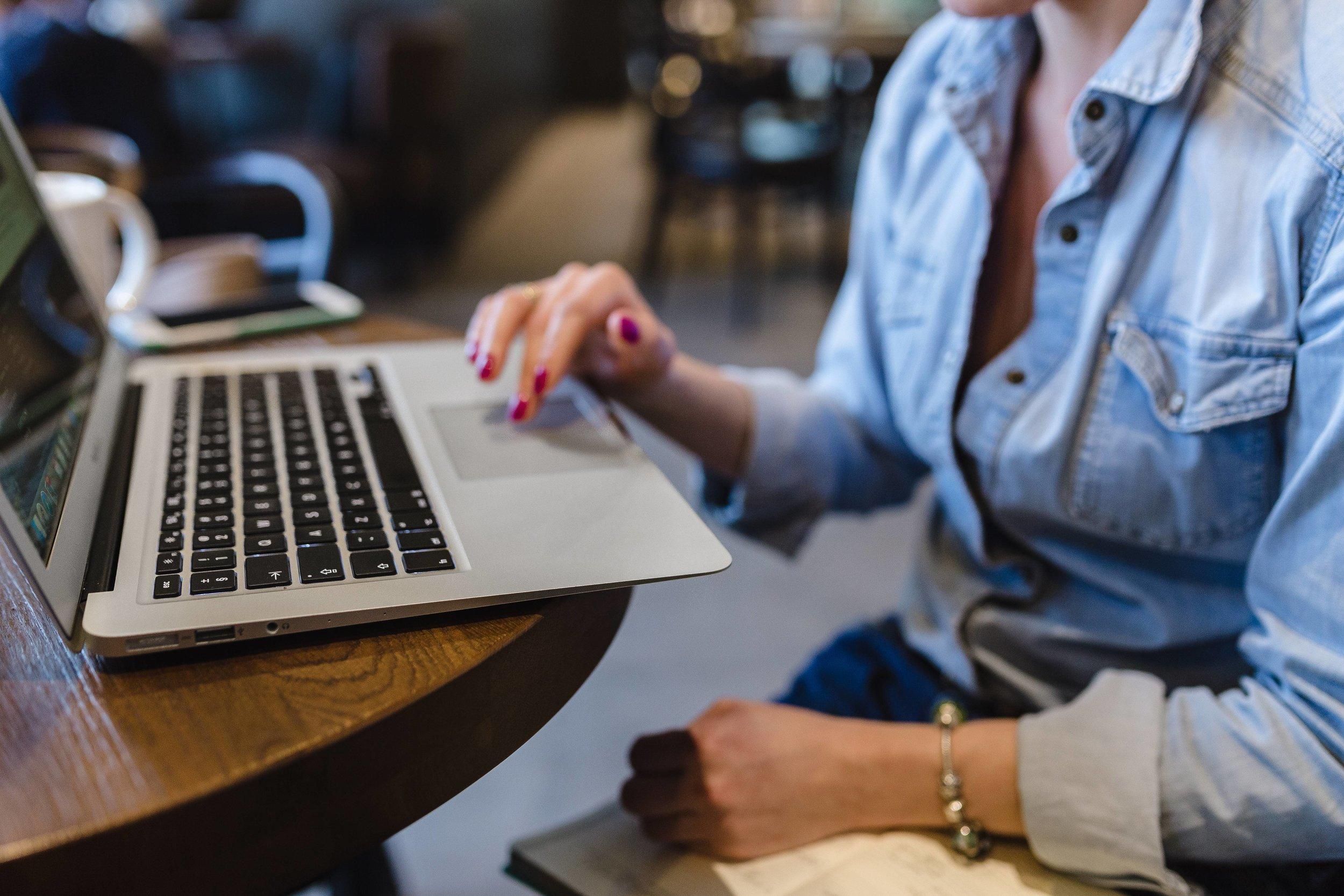 kaboompics_Woman working on a computer-3.jpg