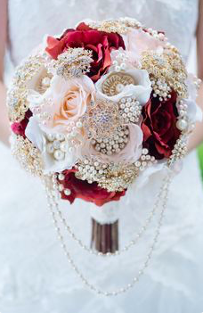 We love how this bouquet really draws attention back to that head piece with the pearls.