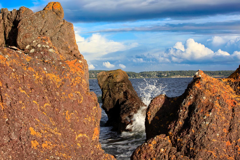 The bedrock on Jeloy is of volcanic origin.