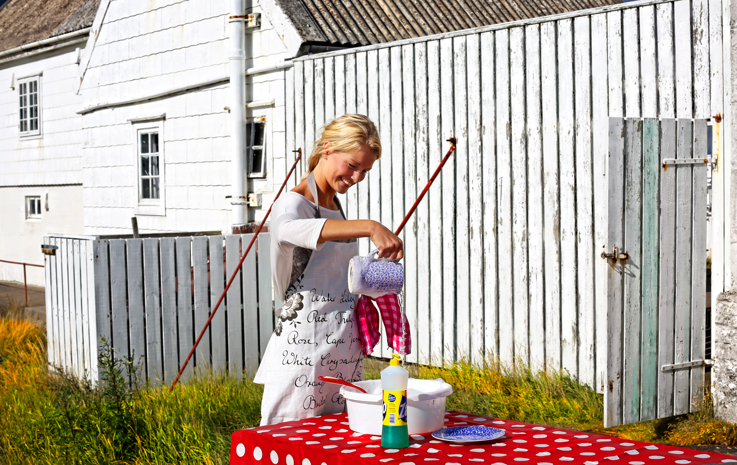 Having to wash the dishes outside in a beautiful setting is only a true pleasure! Stavernsodden lighthouse has a fully equipped kitchen you can wash dishes in, but it's hard to resist the temptation to be outdoors.