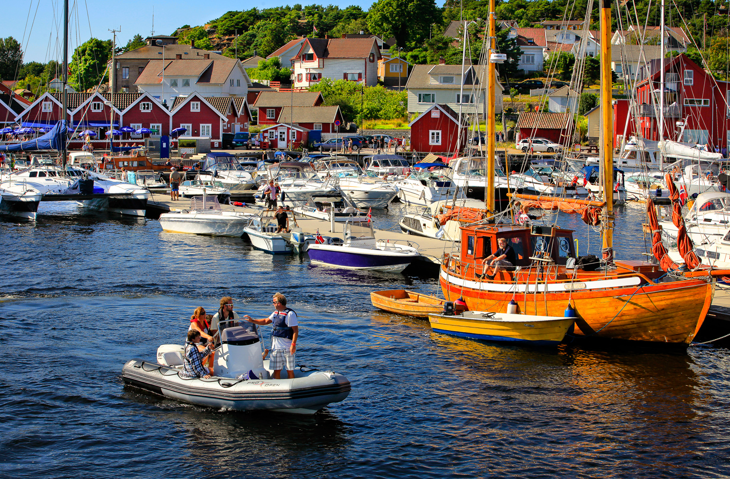 The Skjærhalden Harbour is the pulsating center of Hvaler in summer. The famous red warehouses entice you with their versatile restaurants. Seafarers and landlubbers alike feel comfortable in the crowded street.