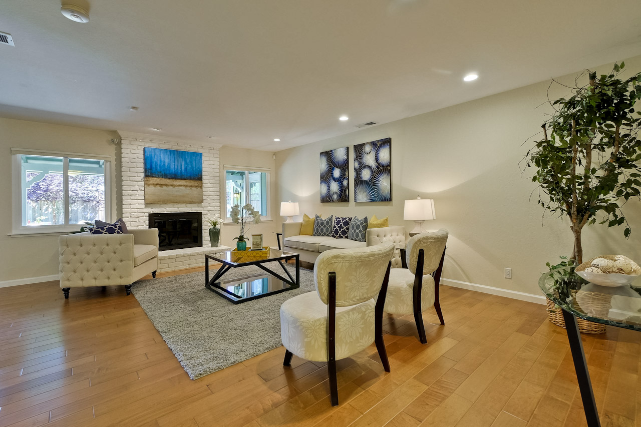 Living Room      1_mls.jpg