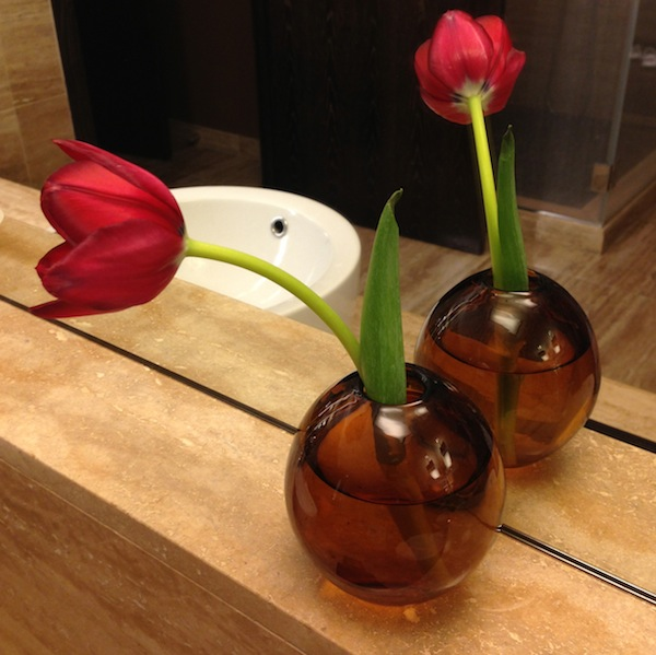 MO las vegas bathroom tulips