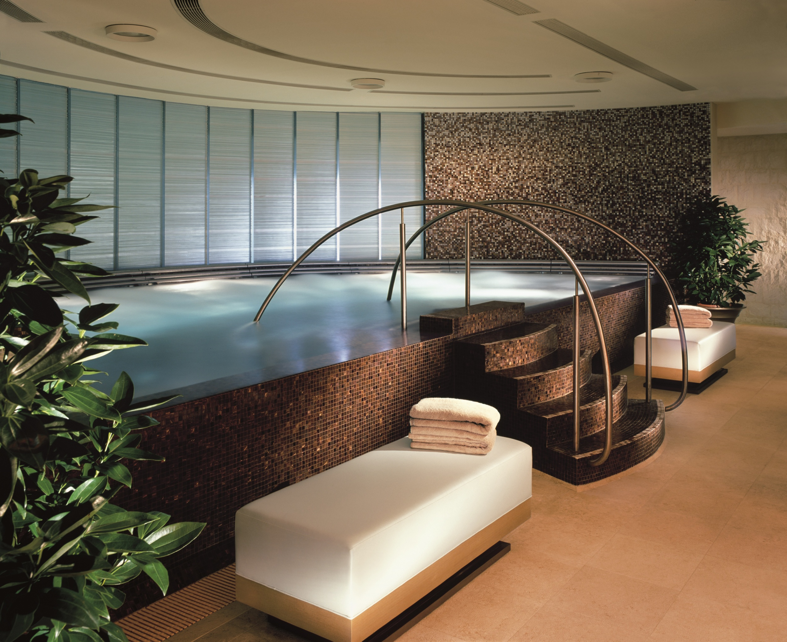 Thalassotherapy pool with chi water in the Spa