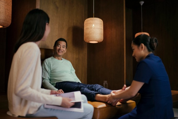Enter The Retreat, a Cathay first-of-its-kind guest spa offering complimentary foot or neck and shoulder massages. As soon as you arrive, book an appointment to seek on-the-go soothing.