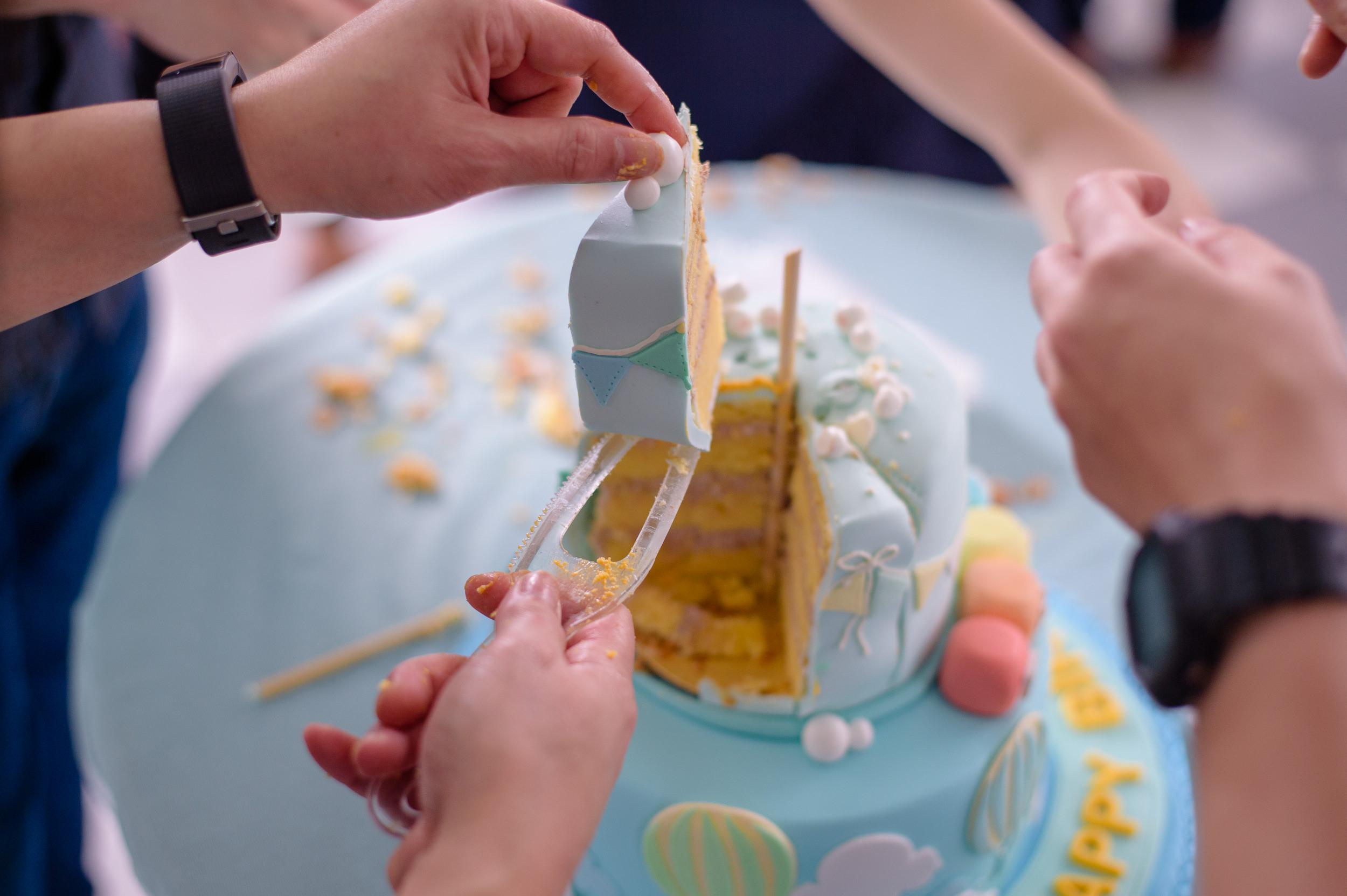 birthday cake cutting photography