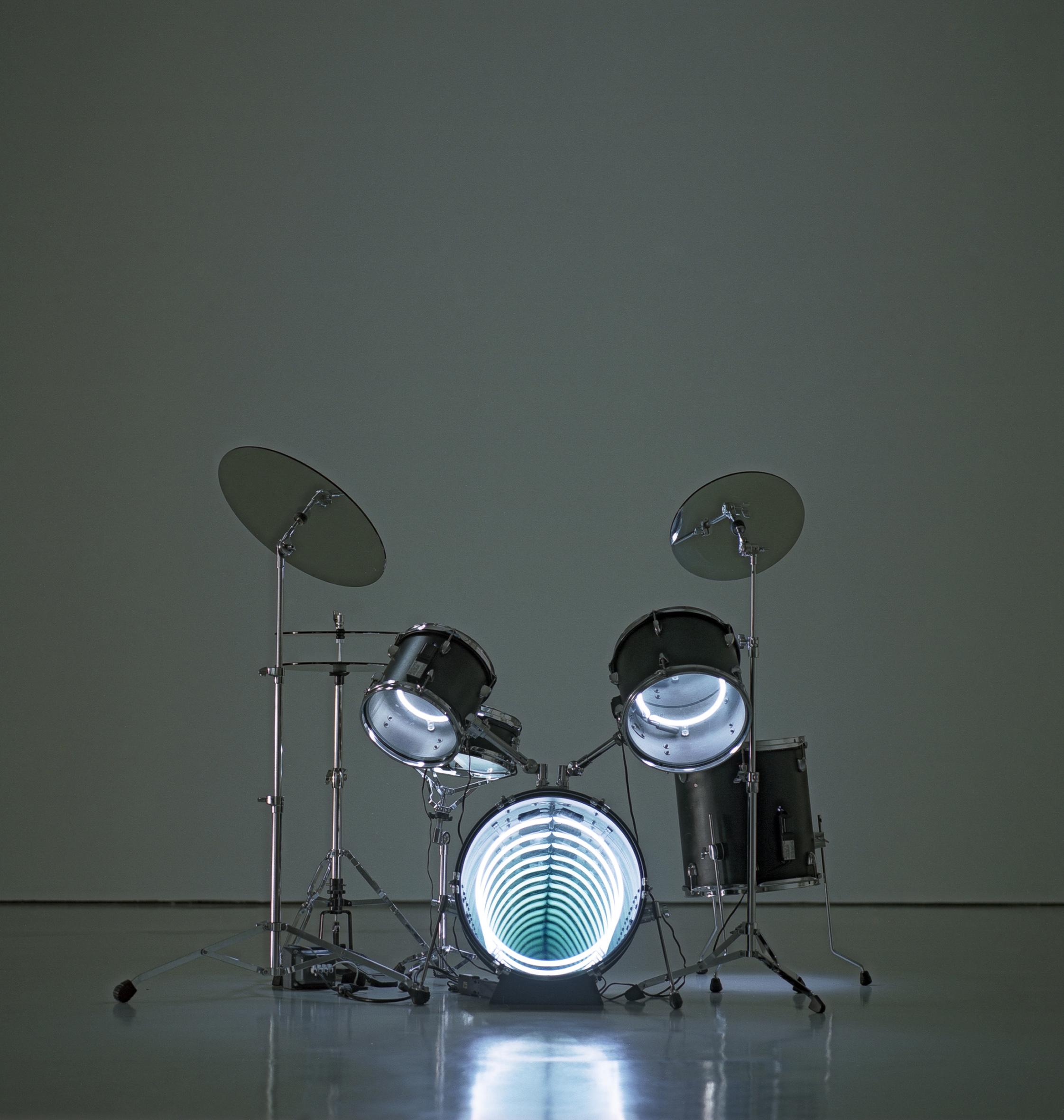 Drums, 2009  Neon lighting, plywood, metal, mirror, electric energy  48 x 63 x 48 in.  Photo : Jorge Martinez Muñoz  Courtesy Galerie Daniel Templon, Paris and Bruxelles.