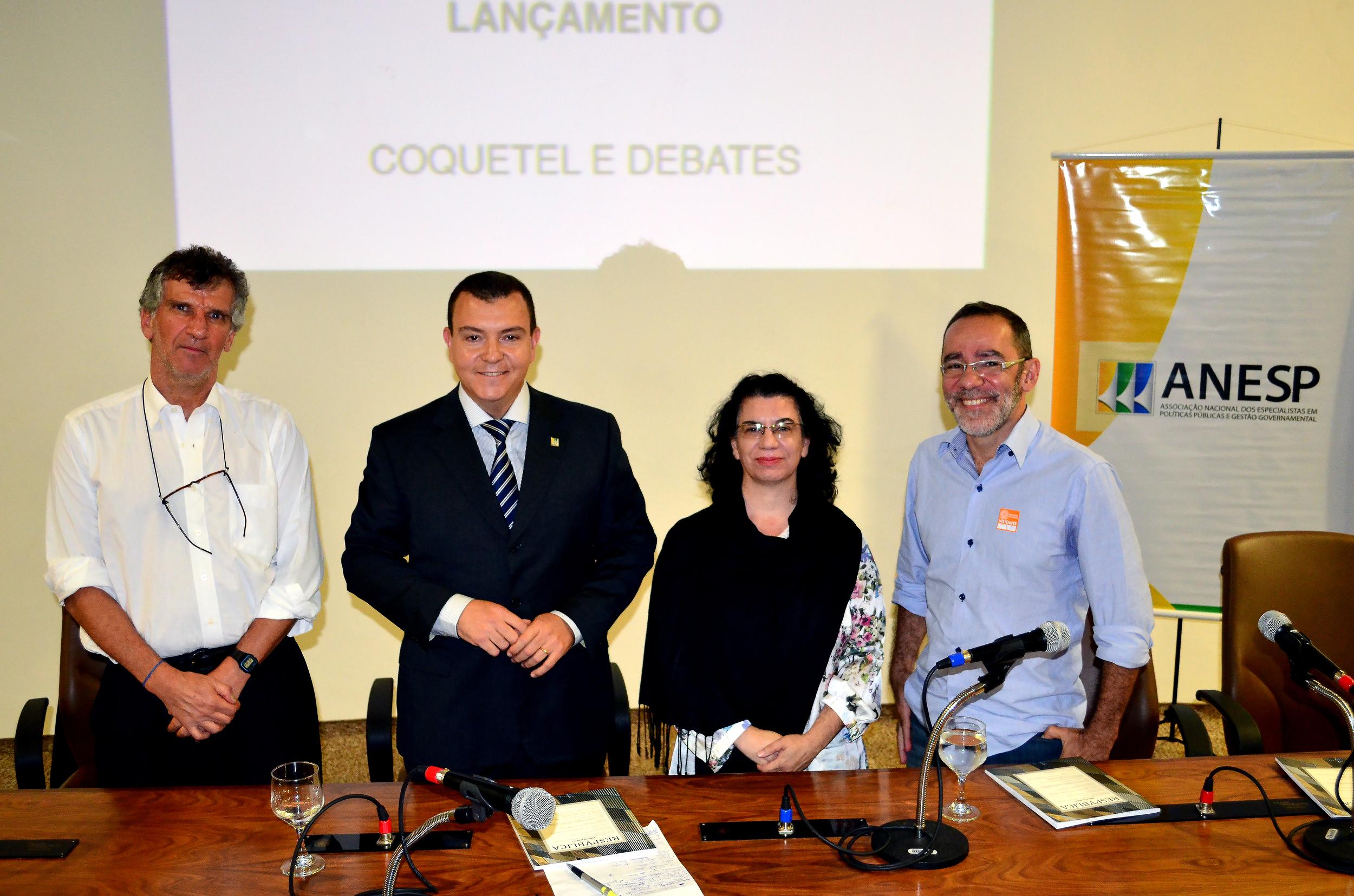 Os autores Paulo Kliass, Ana Beatriz e João Neto, juntamente com o presidente da ANESP, João Aurélio (de terno).