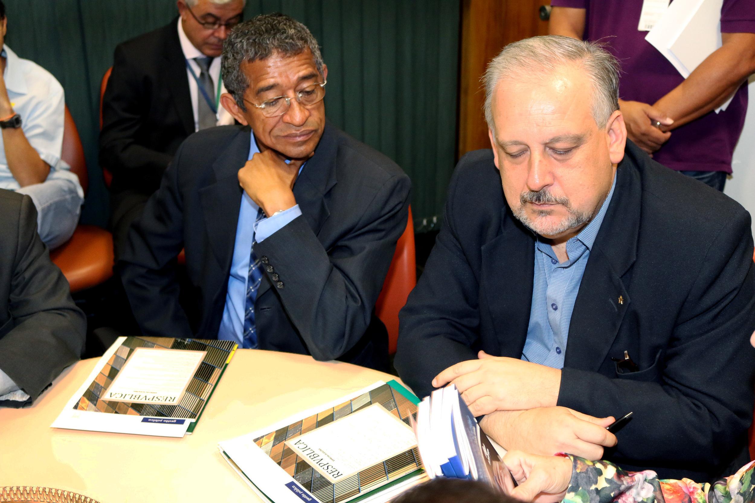 Um exemplar da ResPvblica Especial Eleições foi entregue ao deputado Vicentinho e ao Ministro Berzoini. Foto: Filipe Calmon / ANESP