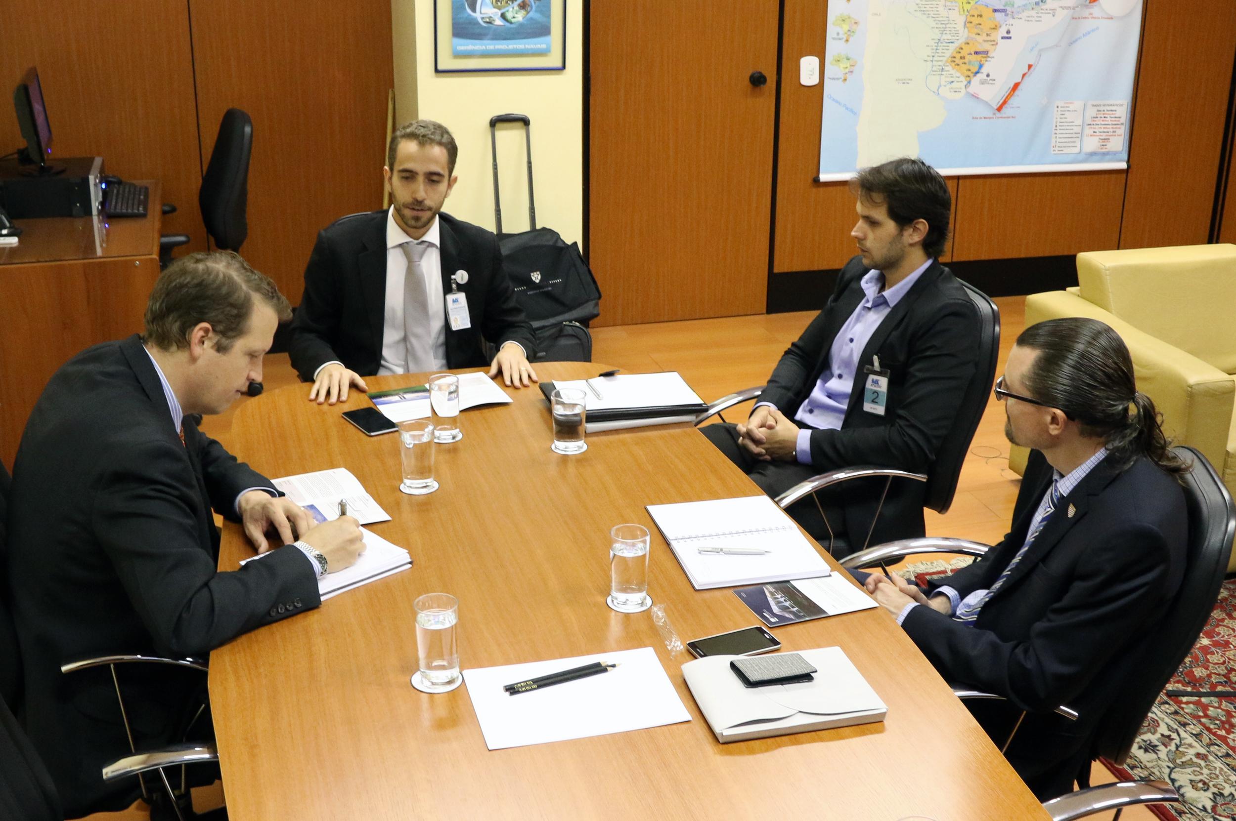 Jason Dyett, Matheus Azevedo, Paulo Brunet, coordenador-executivo da ANESP, e Matt Clemons em reunião.