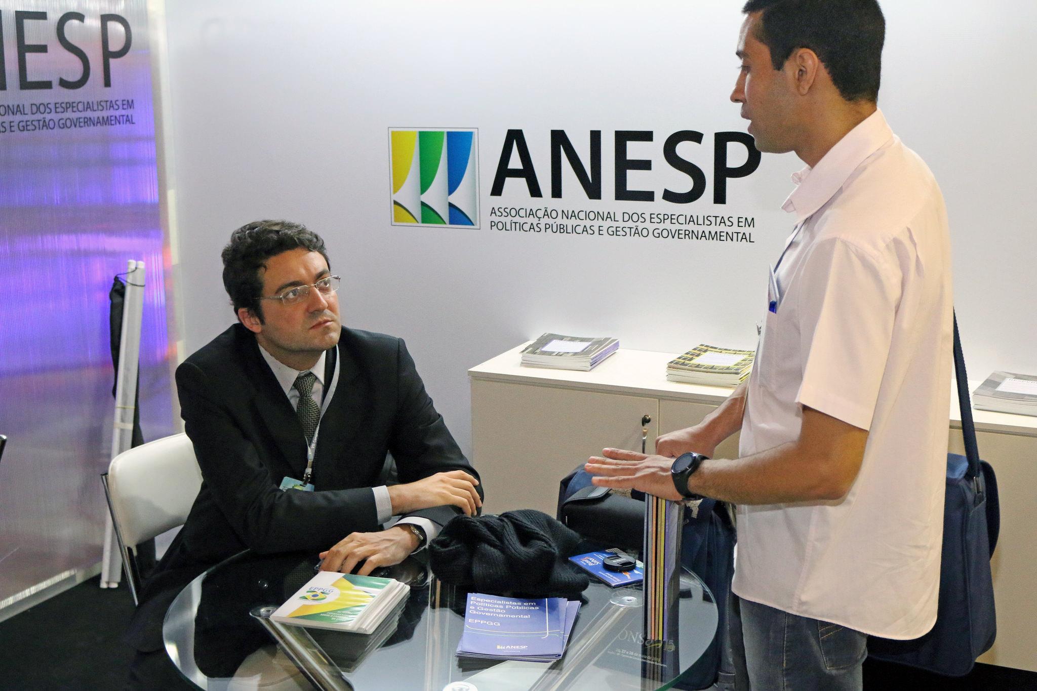 Diretor Alex Canuto no estande da ANESP conversando com o público