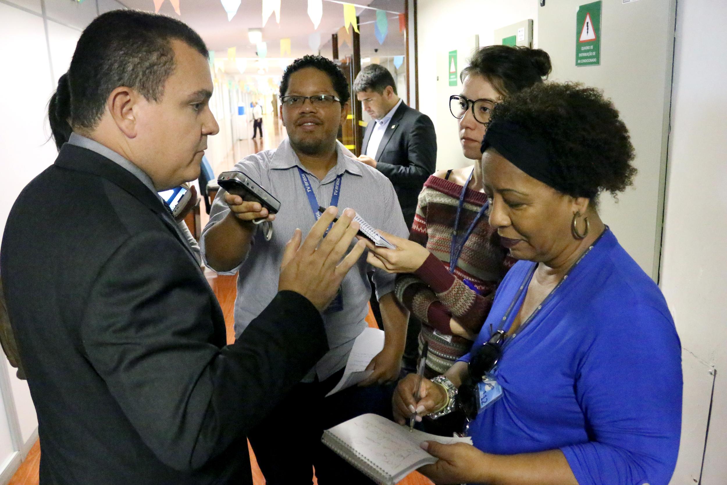 João Aurélio afirma a jornalistas importância da ocupação de cargos comissionados por servidores de carreira. (Foto: Filipe Calmon / ANESP)