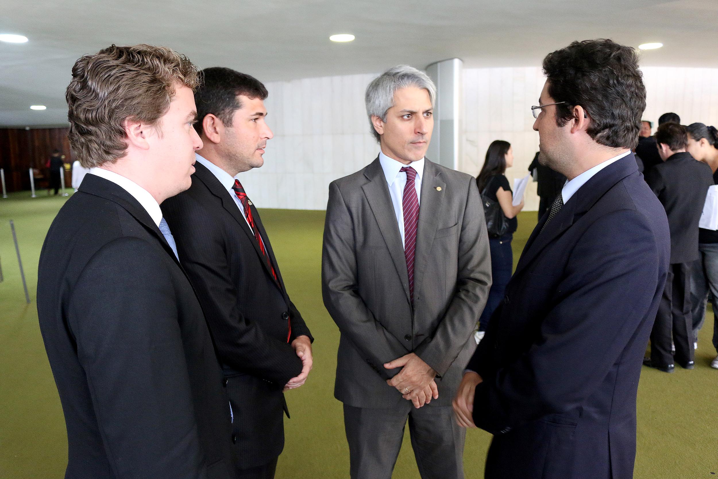 À direita, Alex Canuto conversa com o Deputado Alessandro Molon. À esquerda, Márcio Gimene, representante da ASSECOR, e Mateus Carvalho, representante da AACE. Foto: Filipe Calmon / ANESP