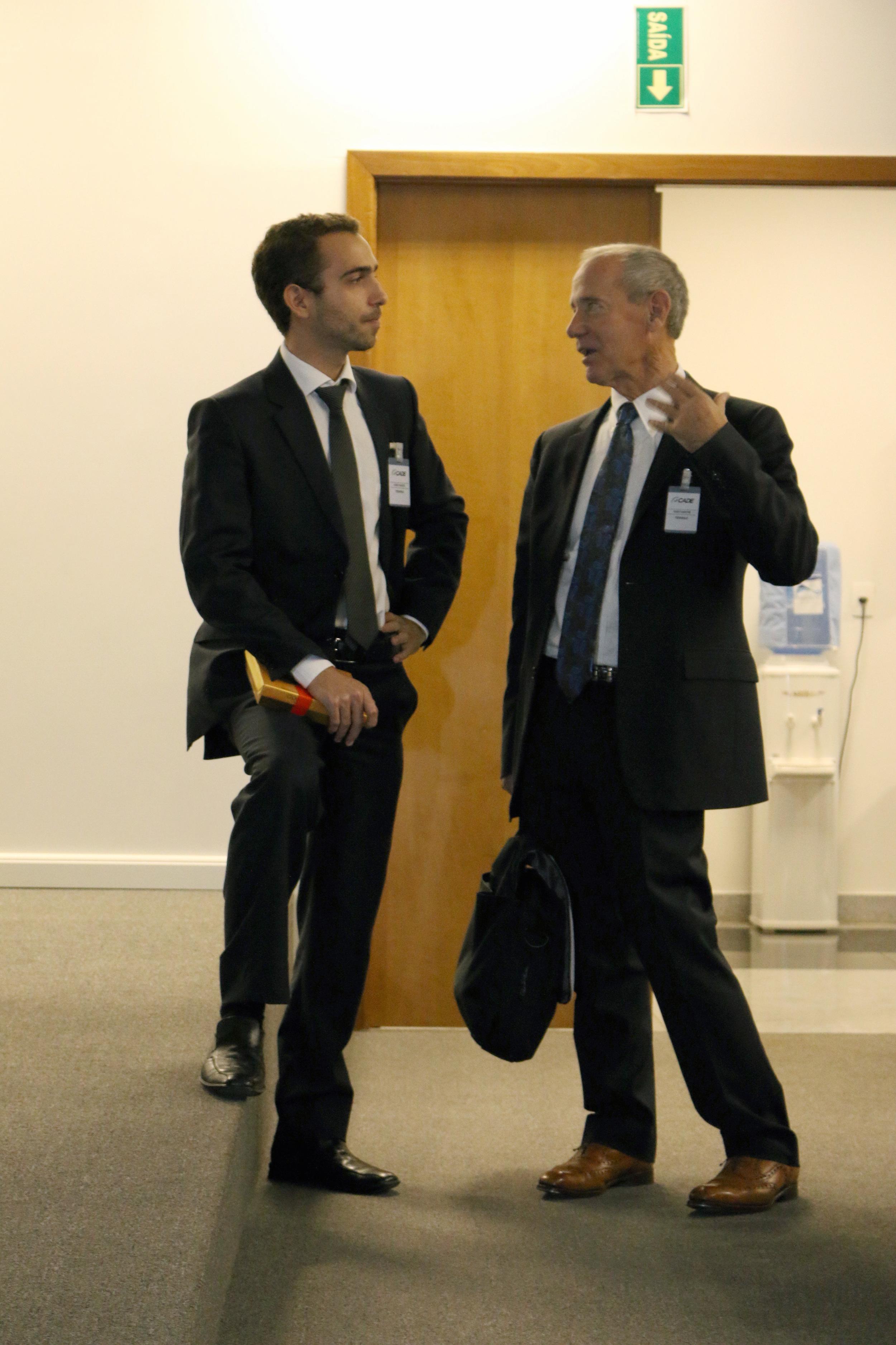 À esquerda, o Diretor de Comunicação da ANESP, Matheus Azevedo, dialogando com o Prof. William Eimick,da Columbia University