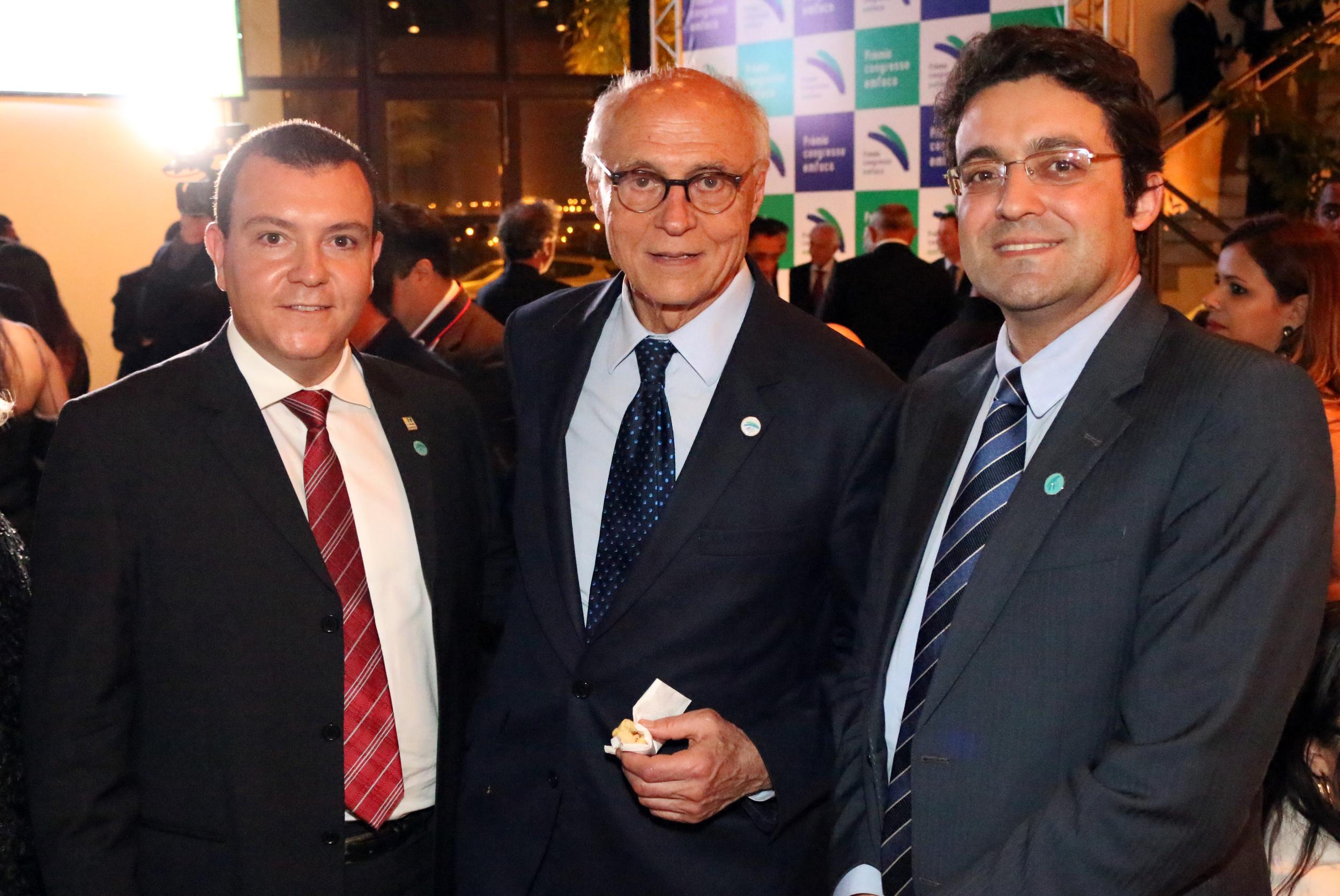 Ex-Senador Eduardo Suplicy posa para foto ao lado de João Aurélio e Alex Canuto