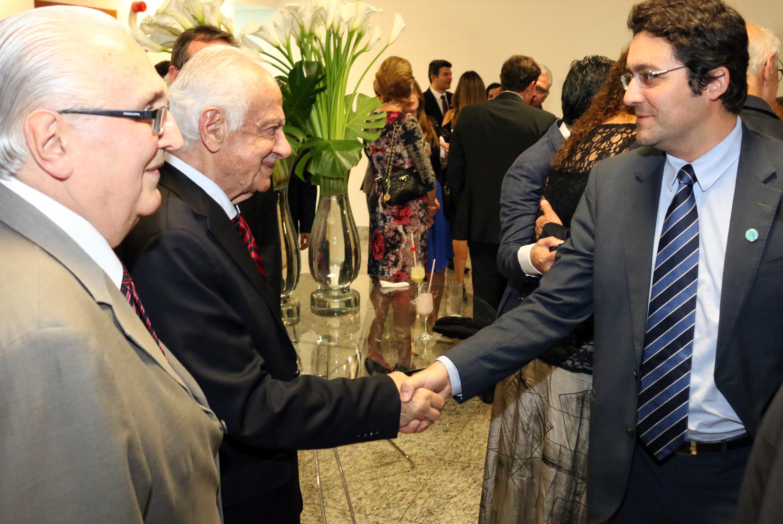 Alex Canuto cumprimenta o ex-Senador Pedro Simon