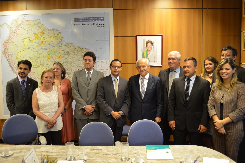 Diretor Jurídico Alex Canuto, de terno cinza, em reunião com o Ministro do Trabalho Manoel Dias.