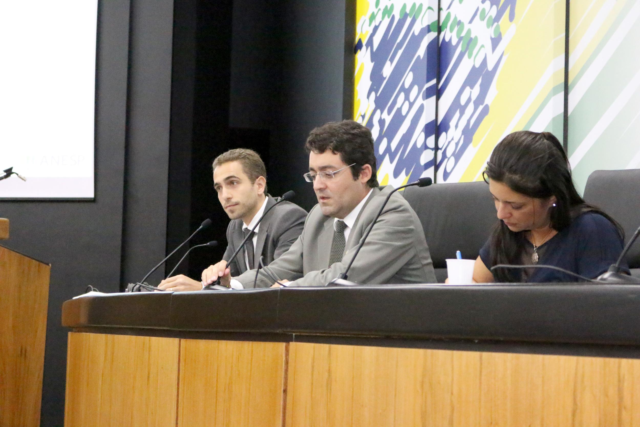 Presidente da ANESP, Alex Canuto, ao lado do Diretor de Comunicação, Matheus Azevedo, e da Vice-Presidente, Ana Mesquita.