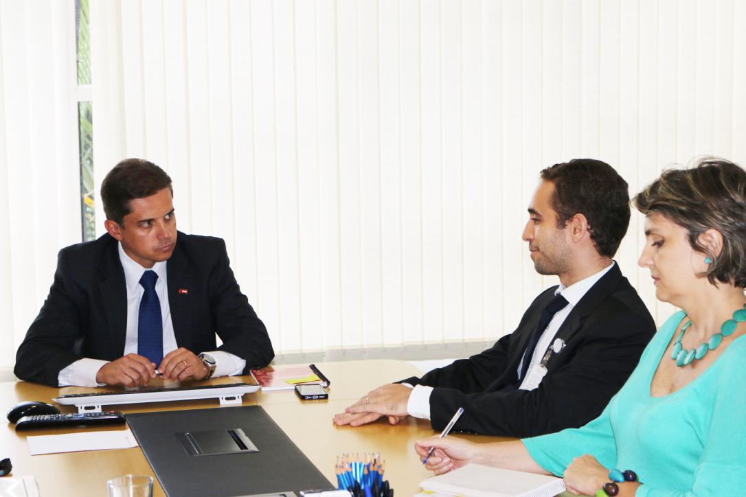 Gleisson Rubin (Presidente da Enap) conversa com Matheus Azevedo (Diretor da ANESP), acompanhado de Maria Stela (Diretora de Formação Profissional da Enap)