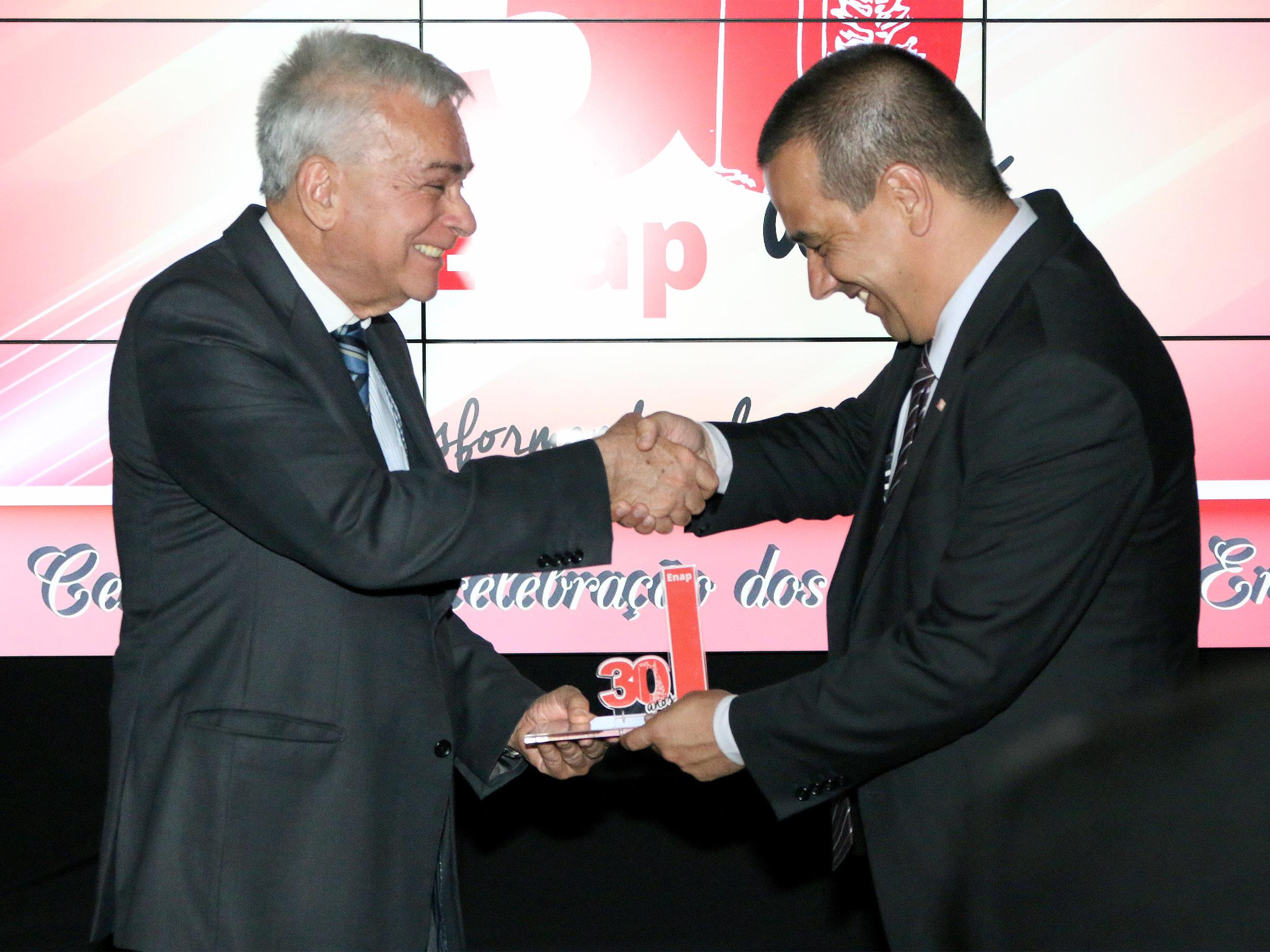 Fernando Filgueiras entrega homenagem ao ex-Presidente Antônio Octávio Cintra. Foto: Filipe Calmon / ANESP