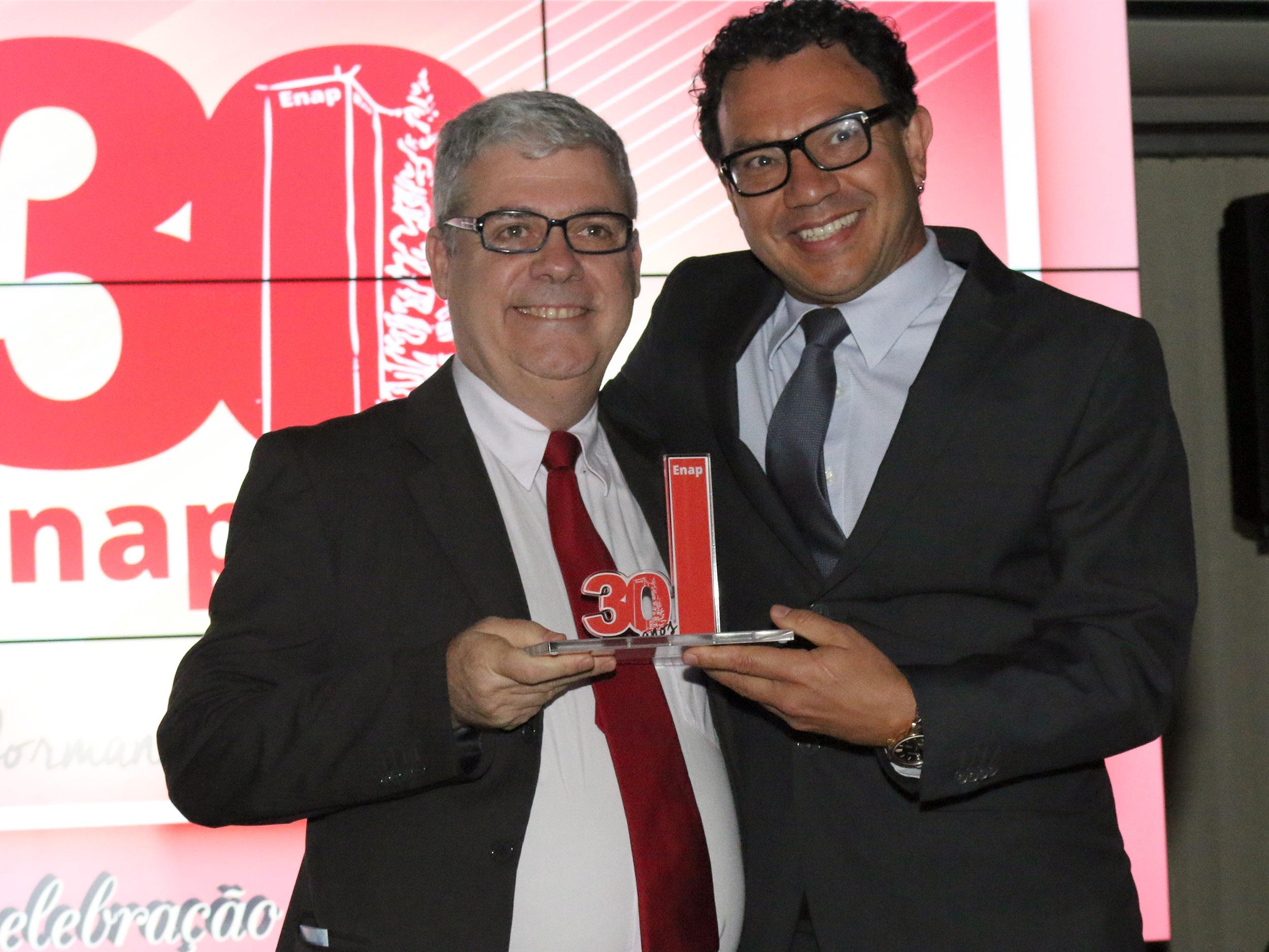 Ex-Presidente da ENAP Paulo Carvalho recebe homenagem de Paulo Marques. Foto: Filipe Calmon / ANESP