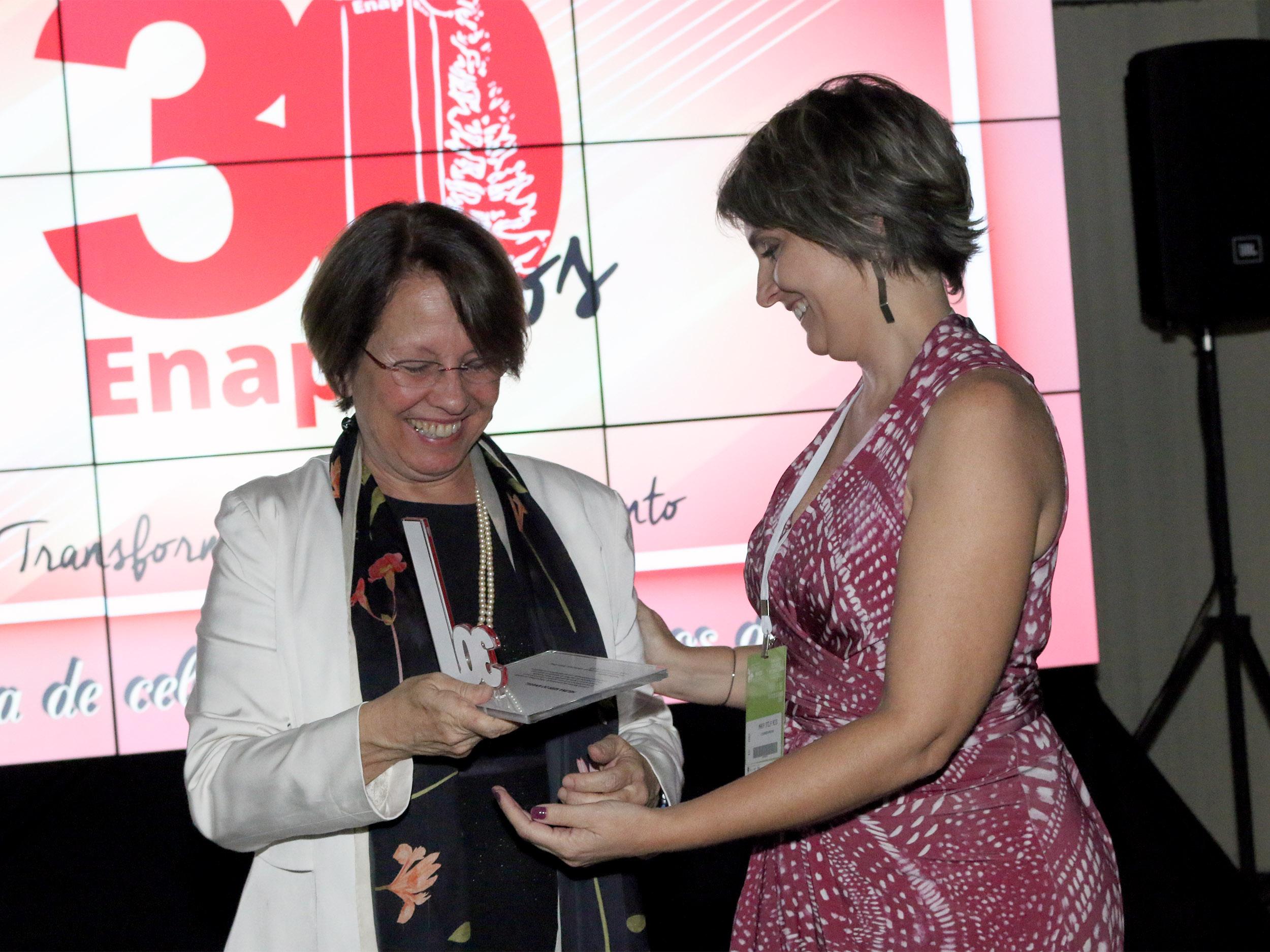 Ex-Presidente da ENAP Helena Kerr do Amaral recebe homenagem de Maria Stela Reis. Foto: Filipe Calmon / ANESP