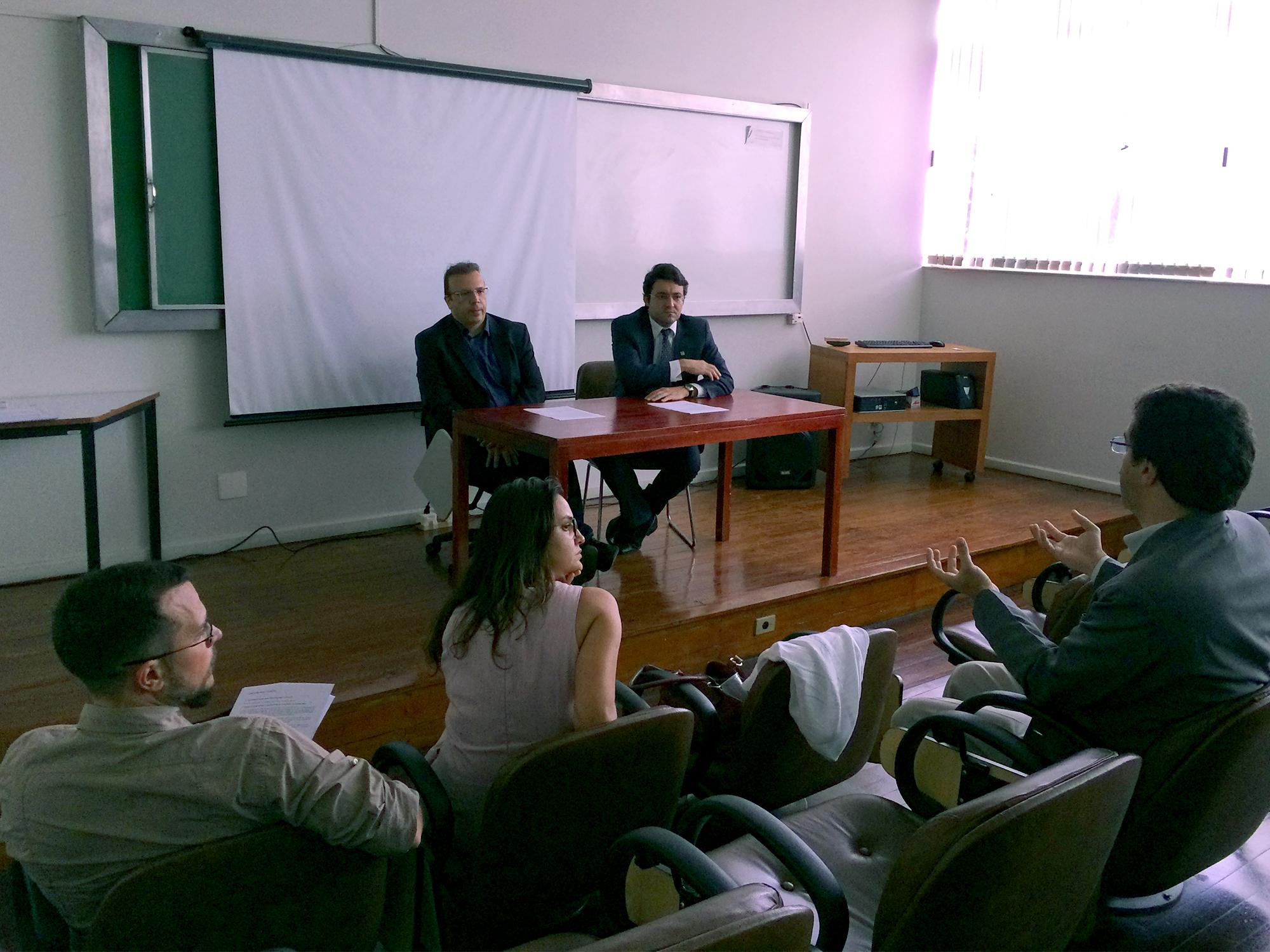 Diretor de Assuntos Profissionais, Paulo Paiva, e Presidente da ANESP, Alex Canuto, ouvem Associados durante Assembleia.Foto: ANESP