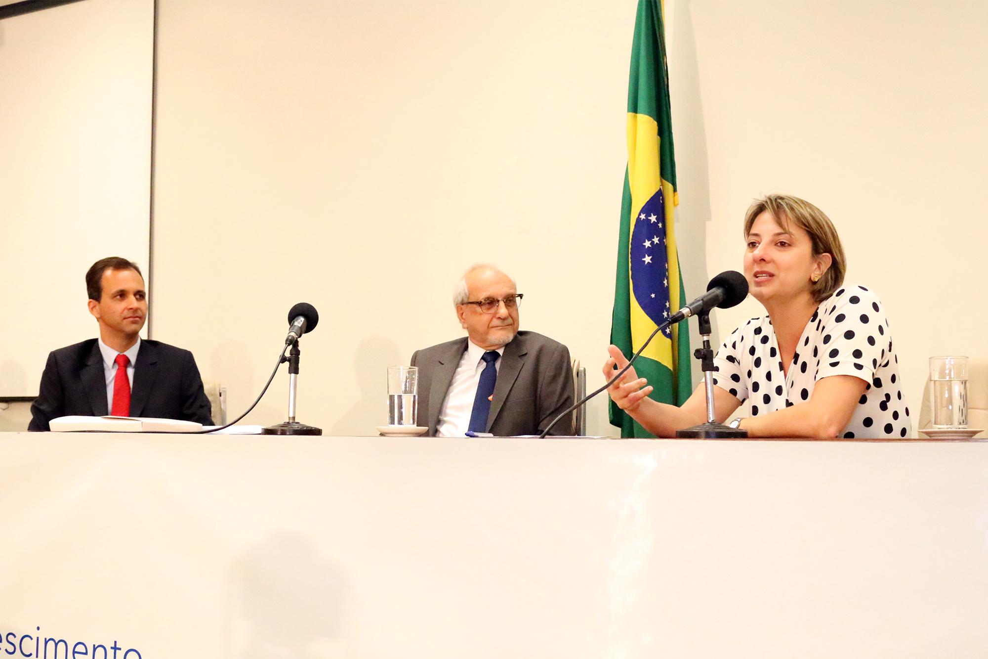 A Diretora de Assuntos Jurídicos da ANESP, Patrícia Parra, foi a moderadora da mesa que contou com a palestra do EPPGG Cristiano Heckert, à esquerda. Foto: Filipe Calmon / ANESP