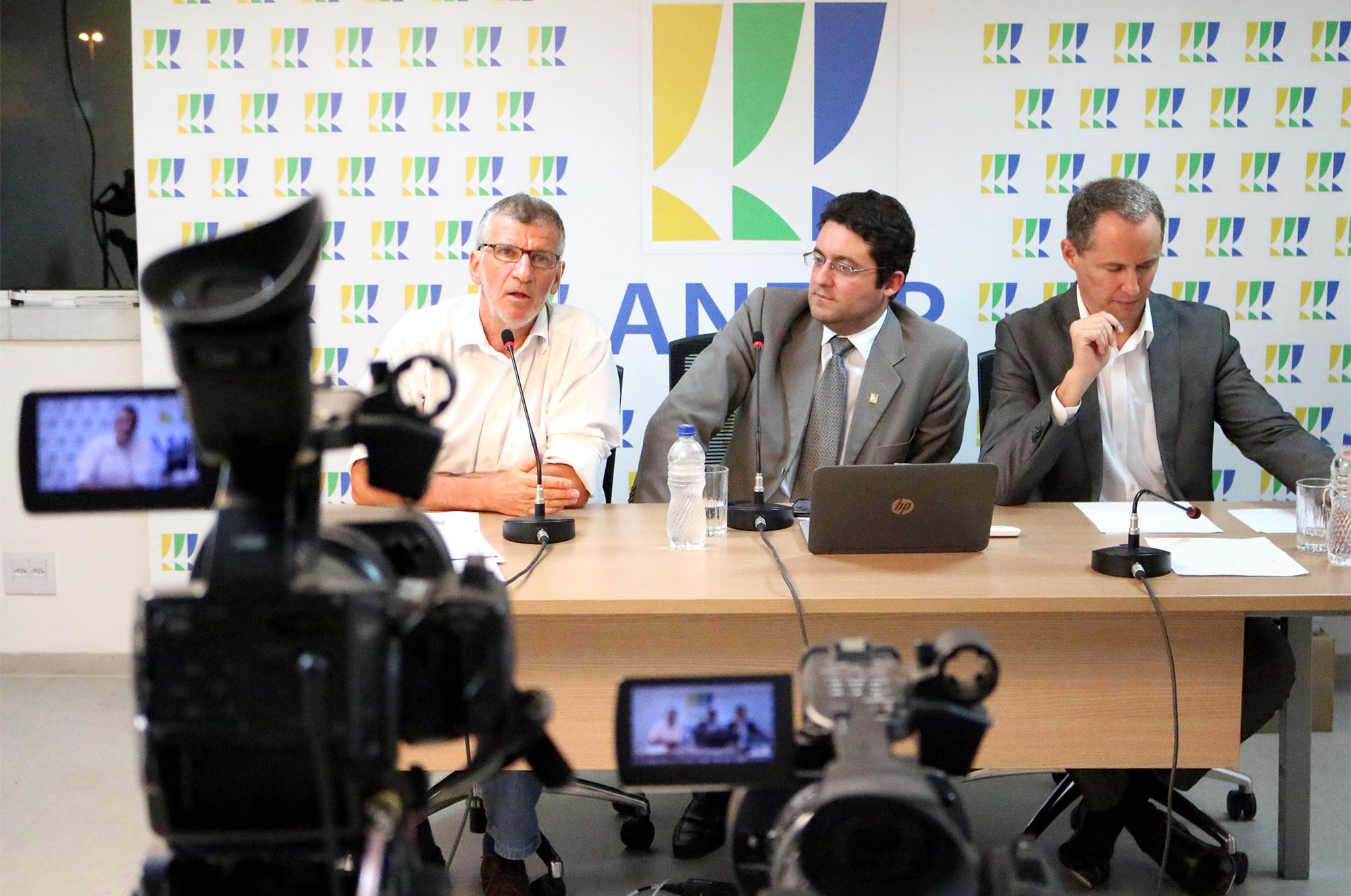 Presidente da ANESP, Alex Canuto, ao centro, como mediador do debate.