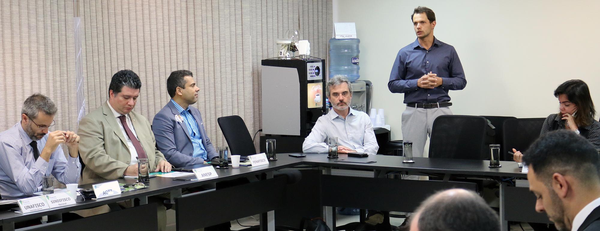 O Presidente em exercício e o Gerente Geral da ANESP, Gustavo Camilo (de terno claro) e Paulo Brunet (em pé), apresentaram o parecer pela aprovação das contas do Fonacate. Foto: Filipe Calmon / ANESP