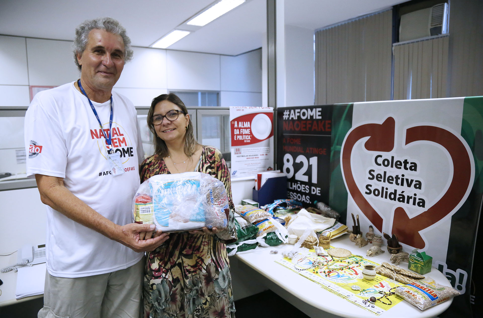 EPPGG José Ivan recebe doações. Foto: Edu Andrade