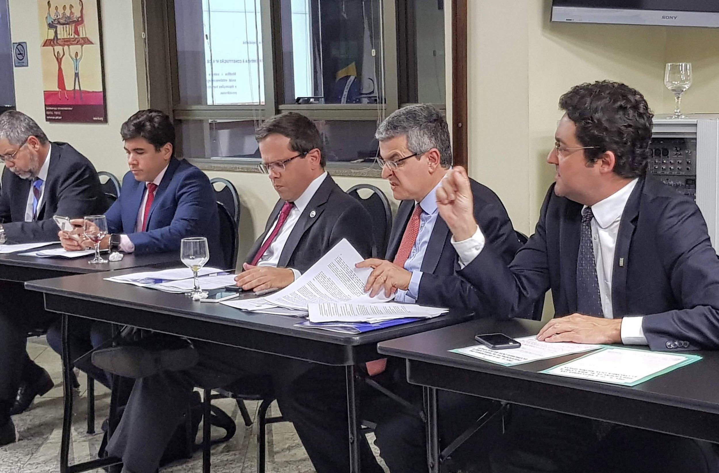 Alex Canuto, à direita, em reunião de ajustes finais das emendas sobre a PEC 006/2019