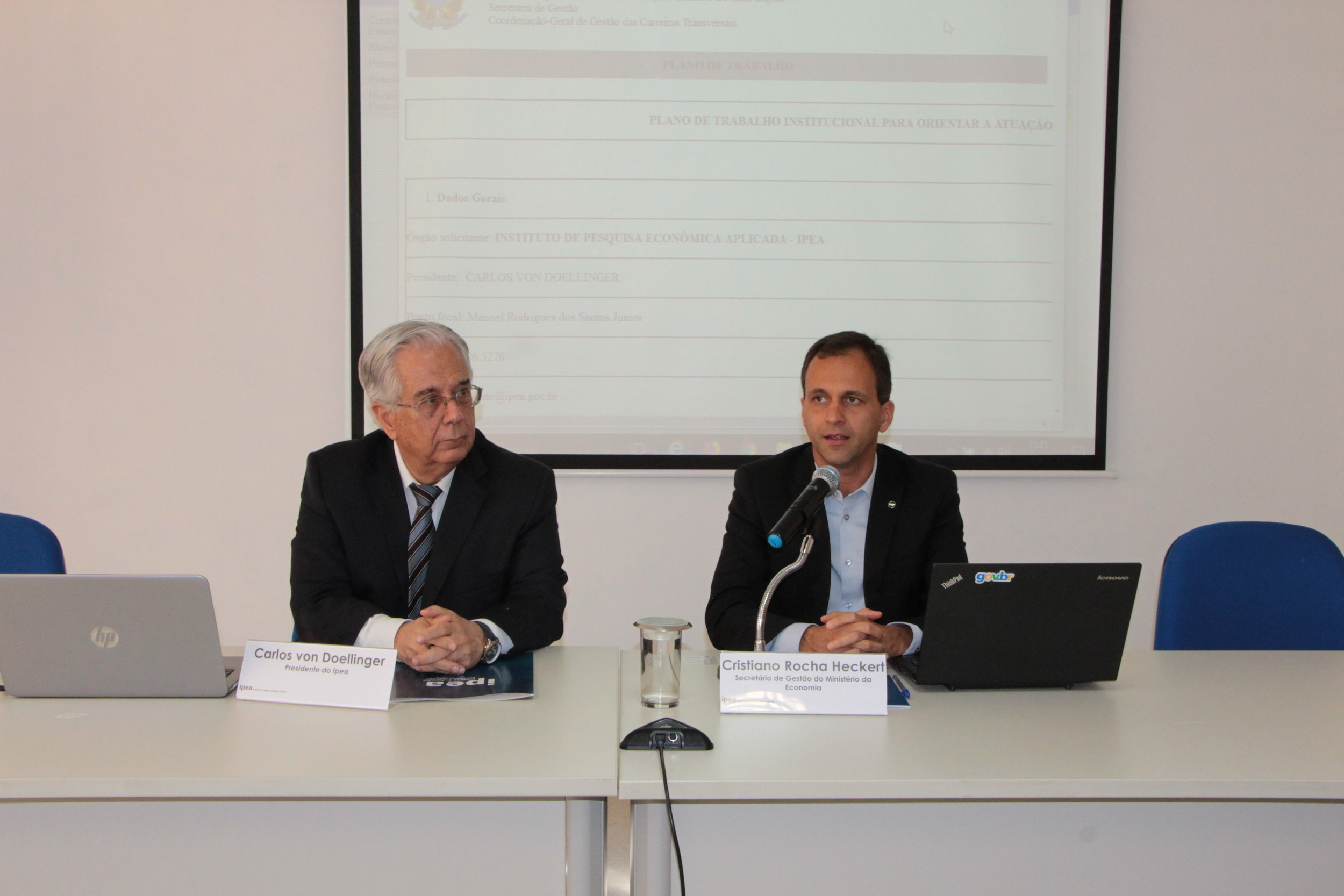 Secretário de Gestão, Cristiano Heckert, e presidente Ipea, Carlos Von Dollinger, durante assinatura do plano de trabalho. Foto: Clésio Rocha/ME