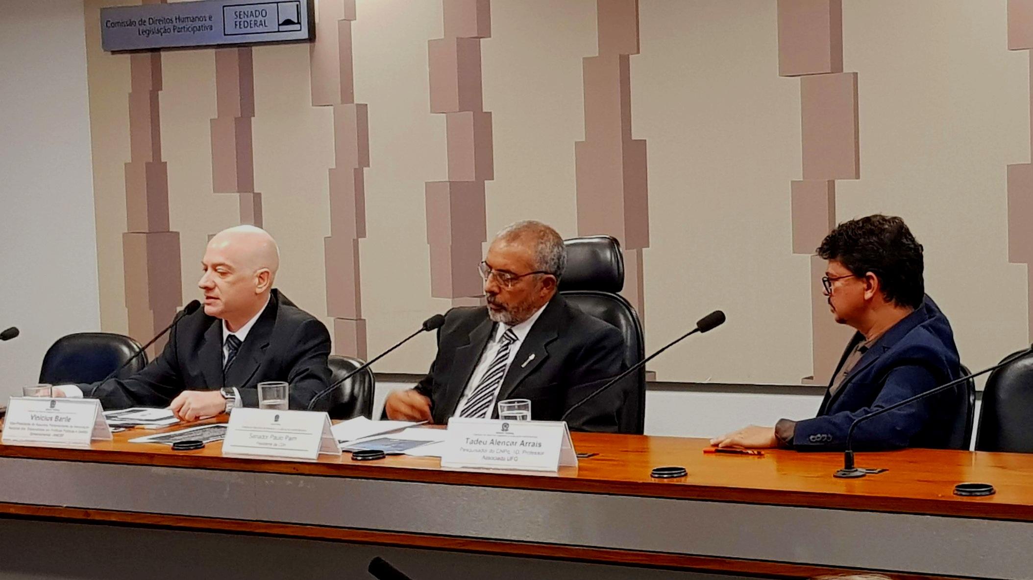 O Vice-Presidente da ANESP Vinícius Barile, o Senador Paulo Paim e o pesquisador do CNPq Tadeu Arrais durante a audiência pública