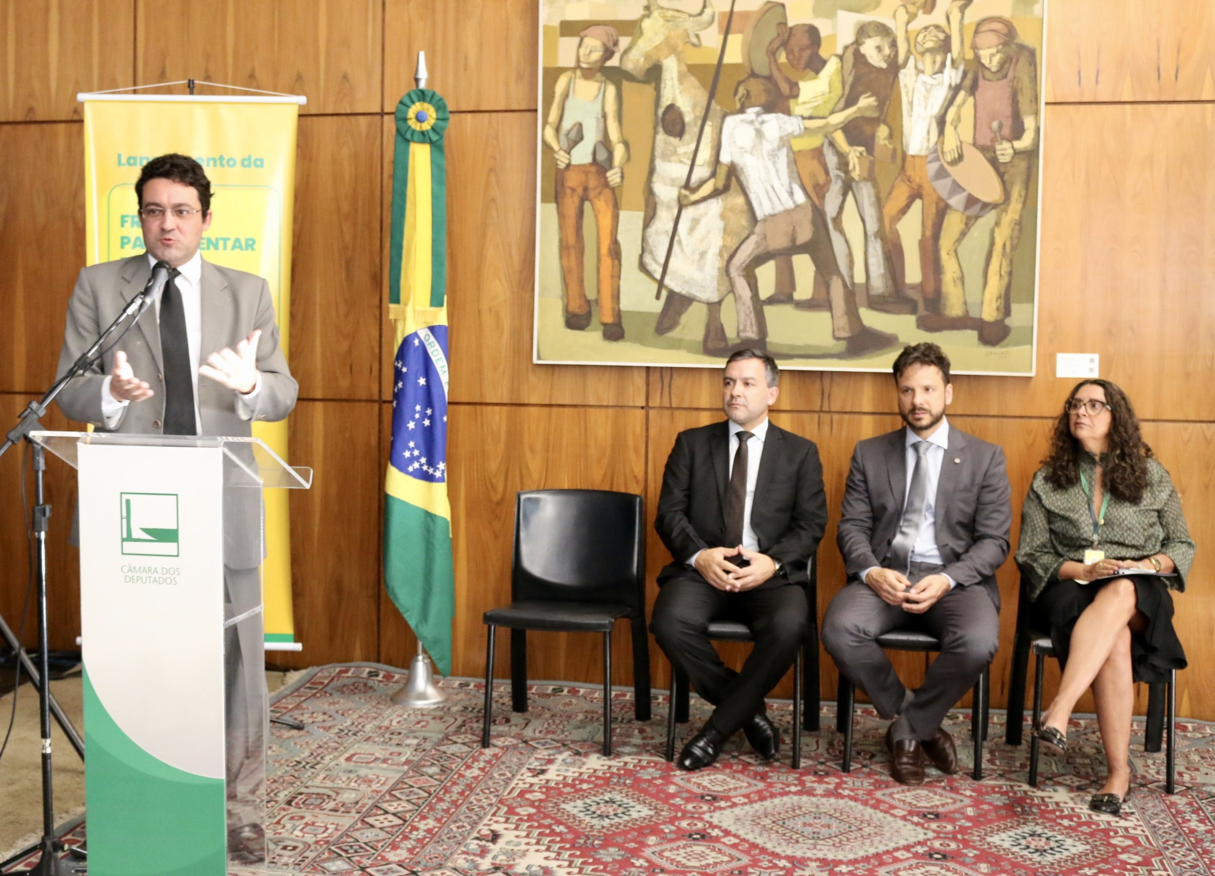 Alex Canuto em discurso durante a cerimônia de lançamento da Frente Parlamentar