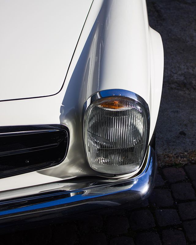 It's a very hot day here in London today!! The sun is shiny very brightly on our wonderfully original 280SL Pagoda!