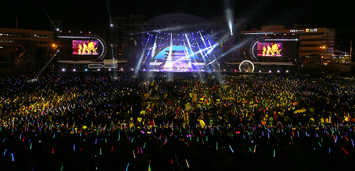 Over 25,000 fans at the festival in Changwon.