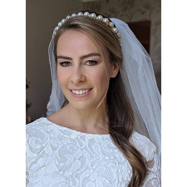 Beautiful chic Laura ✨ rocking Kidman's Kiss by @ctilburymakeup for her wedding lipstick 💄Laura doesn't wear much makeup day to day so I kept her bridal makeover soft and natural but with a hint of glam. Beautiful hair by @rebecca_hairstylist_ 👌🏻