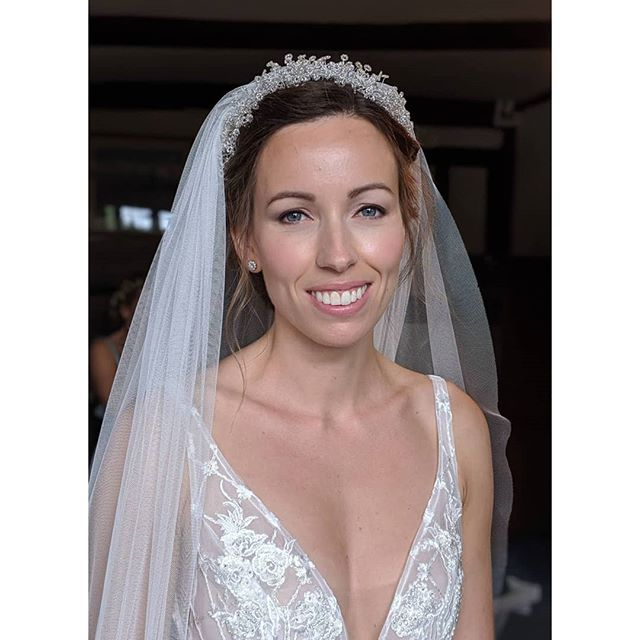 Beautiful Edwina had the most dreamy wedding at her beautiful family home in Lingfield back in September 💞 It was a lovely relaxed morning doing Edwina and her lovely bridesmaids makeup for her big day, doesn't she look beautiful ✨ with the lovely @vsthair on the hair ✨