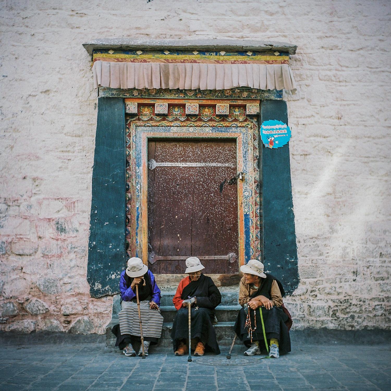 Women in doorway, Lhasa.jpg
