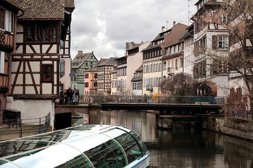 Bateau-mouche sur l'Ill dans le quartier Petite France, Strasbourg