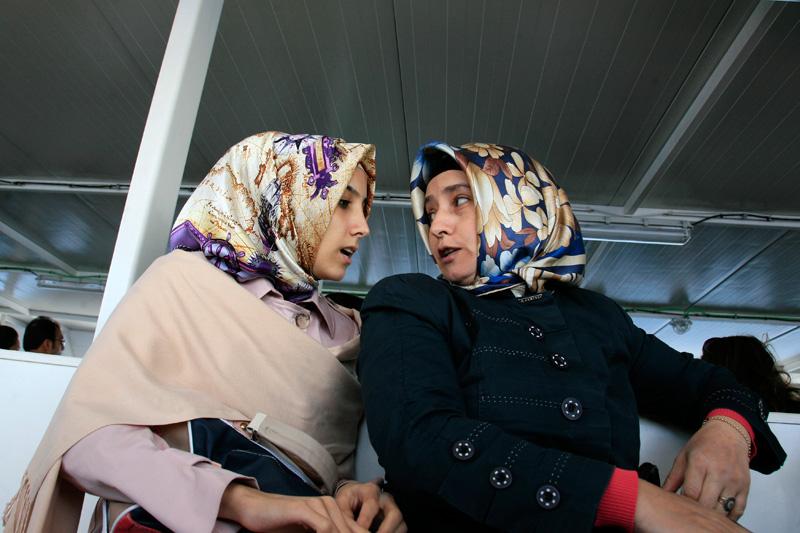 Mère et fille à bord d'un ferry