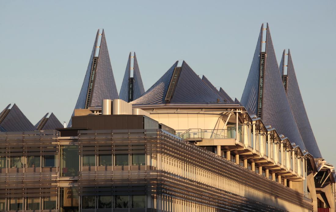 Les ailes du Palais de Justice s'élèvent au loin..